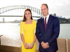 Dans une nouvelle vidéo relayée par le Daily Mail, Kate Middleton recycle une de ses robes jaunes favorites pour un message de remerciement à l'Australie. Une robe à la fois tendance et pleine de sens, qui prouve qu'elle maîtrise la diplomatie de la mode. Looks Kate Middleton, Inspiration Mode, Duchess Kate, Prince William, Royalty, Breast, Suit Jacket, Jackets, Fashion