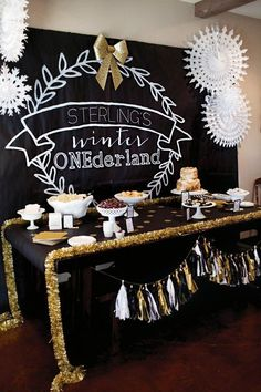 Black Gold Party Black gold and white winter wonderland dessert table - A Winter ONEderland First Birthday with a DIY chalkboard style backdrop, s'mores cake, homemade marshmallows, gold glitter bows, hanging snowflakes Winter Birthday, 65th Birthday, Gold Birthday, First Birthday Parties, Birthday Ideas, Bonfire Birthday, December Birthday, Birthday Recipes, Baby Birthday