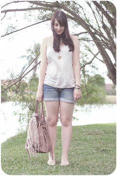 Look verão com shorts jeans regata levinha rosa claro e sapatilha