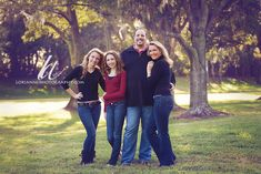 Pose for family of 4 with 2 teenage daughters Love how the arms are placed very relaxed and not stiff Fall Family Portraits, Family Portrait Poses, Family Picture Poses, Fall Family Photos, Family Photo Sessions, Family Posing, Family Pictures, Posing Families, Couple Pictures