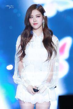 Top hot photos of ROSE Blackpink – Jennie Kpop Girl Groups, Korean Girl Groups, Kpop Girls, Stage Outfits, Girl Outfits, 168, Rose Park, Jennie Lisa, Blackpink Photos