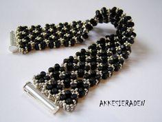 English pattern for the  Rulla lace bracelet by Akkesieraden