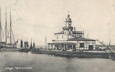 Det kunne godt være et par drivkvaser, der ses i baggrunden her ved Havneslottet i Stege Havn. Havneslottets arkitekt var Cajus Novi. Der er en artikel om ham i Wikipedia.