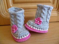 Ich verkaufe ein Paar grau/rosa Babystiefel aus hochwertiger Merinowolle mit Blume. Sohlengröße ca. 9,5 cm. Für die kleinen Lieblinge genau das richti
