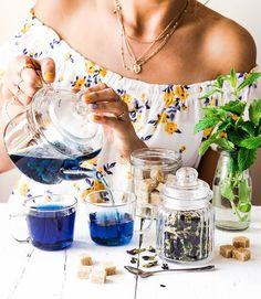 Plavi čaj je najnoviji gastro trend koji je zavladao društvenim mrežama! Butterfly Pea, Tea Time, Alcoholic Drinks, Glass, Join, Instagram, Happy, Food, Drinkware