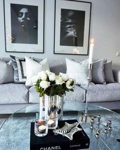 """Nya soffan i grå sammet från @sleepo_se är nu på plats hemma 👏🏻✨💭🙌🏻 Ni hittar fler bilder på…"""""""