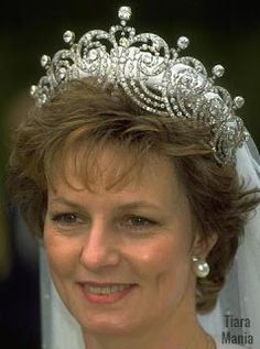 i LOVE this Tiara! Princess Margarita of Romania wearing the Essex Tiara for her wedding Royal Crown Jewels, Royal Crowns, Royal Tiaras, Royal Jewelry, Tiaras And Crowns, British Crown Jewels, Royal Brides, Royal Weddings, Diamond Tiara
