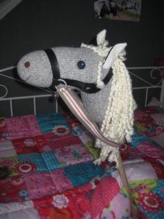 stokpaard gemaakt van een sok, wol voor de manen en lint voor het hoofdstel