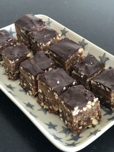 """Opskrift på hjemmelavede sunde """"Snickers"""" - Qland Healthy Cake, Healthy Sweets, Chocolate Chip Cookies, Raw Carrot Cakes, Baileys Cheesecake, Gluten Free Snacks, Food Trends, Recipe For 4"""