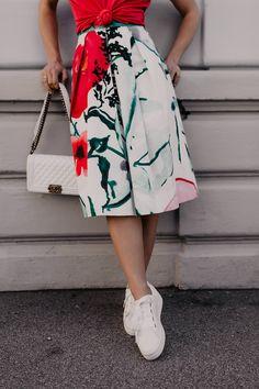 Auf meinem Modeblog findest du heute Tipps für ein schönes Gartenparty-Outfit. Ich zeige dir, wie gut du einen Blumenmuster-Midirock mit Poloshirt kombinieren kannst und präsentiere dir Gartenparty-Styling-Ideen für den nächsten feierlichen Anlass.Mehr auf www.whoismocca.com #gartenparty #midirock #dresscode #sommeroutfit Casual Chic Outfits, Fashion Weeks, Dress Code, Mode Blog, Street Style, Fashion Group, All About Fashion, Womens Fashion, Fashion Trends