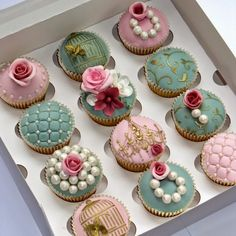 Elegant Wedding Cupcakes: vintage pearls, pastels, gold stencils, flowers and stencils - gorgeous! Cupcakes Design, Cake Designs, Cupcakes Bonitos, Cupcakes Decorados, Pretty Cupcakes, Beautiful Cupcakes, Fancy Cupcakes, Elegant Cupcakes, Pearl Cupcakes