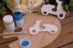 Ξύλινη Βέσπα 16cm WC4-0240-01  Χρησιμοποιήστε τη βέσπα για να δημιουργήσετε πρωτότυπες μπομπονιέρες ή διάφορες χειροτεχνίες,για να στολίσετε τη λαμπάδα και το κουτί της βάπτισης, το τραπέζι των ευχών και το candy buffet.