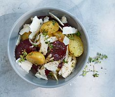 Potatis- och rödbetssallad med hyvlad halloumi och timjan | Recept ICA.se