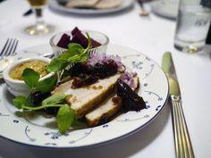 Surrib, en sønderjysk egnsret med flæsk, sennep og rødbeder, var både nærende og velsmagende.  From the blog Feinschmeckeren.