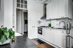 Kök i elegant och modern design, med gott om förvaringsutrymme samt arbetsbänk i carrara marmor. Köket är utrustat med gashäll, varmluftsugn, diskmaskin samt kyl/frys   Ballingslöv