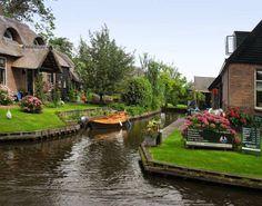Вместо дорог здесь водные каналы, а вместо машин — лодки и катера.