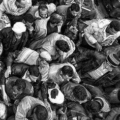"""Zied Ben Romdhane """"zones d'attentes"""" 2011 _____ Dans deux jours ouvre une sublime exposition au #Mucem de #Marseille : #traces fragments d'une #Tunisie contemporaine. Photo du jeune artiste #ziedbenromdhane (né en 1981). Rendu très graphique #ClairObscur peu prononcé et fort sentiment de #déséquilibre du fait de la vue en #plongée. Superbe œuvre évidemment qui nécessite un #faceAface réel. Qui sont ces gens ? Où vont-ils ? #zied se définit comme un """"artisan de l'image""""…"""