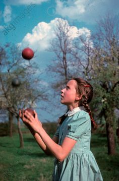 View of a young girl juggling with three balls in a park in Bad Godesberg (Germany). Photo by Bonitz, © akg-images / ddrbildarchiv. Akg, Retro Color, Games For Kids, Balls, Germany, Colour, Children, Vintage, Playing Games