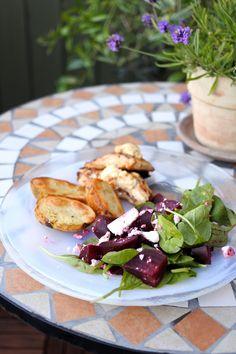 Middag med ljummen rödbetssallad, kyckling och potatis.