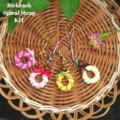 【キット】小さなリックラックスパイラル♡ストラップ製作キット ❀ハワイアンリボンレイ❀ Ribbon Lei, Ribbon Decorations, Rick Rack, Leis, Wicker Baskets, Spiral, Hawaiian, Handmade, Craft