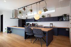 実際にクラシスホームで家を建てられたお宅の事例集です。完全自由設計だからこそ夢を叶えられるデザイン注文住宅です。 Kitchen Cabinet Design, Kitchen Interior, Interior Architecture, Interior Design, Kitchen Dinning, Kitchen Styling, Apartment Design, Home Kitchens, Room Decor