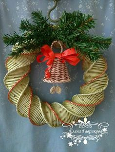 Плетение из газет Holiday Wreaths, Holiday Crafts, Xmas Ornaments, Christmas Decorations, Paper Weaving, Newspaper Crafts, Flower Crafts, Christmas Time, Diy And Crafts