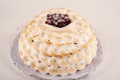 Tarta de frambuesa y chantilly. Corona de bizcocho relleno de mousse de frambuesa con chantilly flambeado y frutos rojos.
