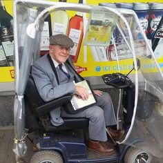 Brother Ron Jones, aged nearly 90, can always be found every day serving Jehovah on his mobility scooter in the Royal Forest of Dean, England. (Photo shared by @allisonmaw)