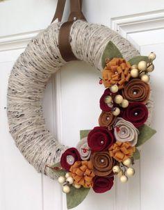 20 Beautiful Thanksgiving Decoration DIY Ideas To Decorate Your Home With (Thanksgiving Diy Decorations) Diy Yarn Wreath, Felt Flower Wreaths, Felt Wreath, Wreath Crafts, Felt Flowers, Yarn Wreaths, Wreath Ideas, Door Wreaths, Felt Roses