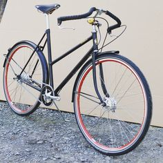 Saar in glossy black with intense red rims and Sturmey Archer 3 speed with drumbrakes.