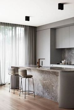 Interior Design Kitchen These ultra-chic looks for small abodes prove that you can downsize without compromising high-end style. - These ultra-chic looks for small abodes prove that you can downsize without compromising high-end style. Best Kitchen Designs, Modern Kitchen Design, Interior Design Kitchen, Modern Interior Design, Interior Decorating, Interior Ideas, Decorating Games, Contemporary Interior, Flat Interior