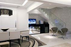 para-o-vao-da-escada-o-arquiteto-rogerio-perez-projetou-um-movel-multiuso-o-espaco-para-tv-e-delimitado-pela-parte-inferior-espelhada-do-movel-e-no-outro-canto-na-composicao-bar-um-1349188981166_948x632.jpg (948×632)