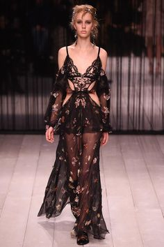 Alexander McQueen Fall 2016 Ready-to-Wear Fashion Show