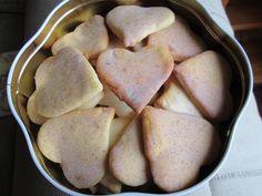 L'avent est la période idéale pour se mettre aux fourneaux et concocter de délicieux biscuits à suspendre au sapin ou à grignoter en attendant le Père Noël. Pour respecter la tradition, nous vous proposons une recette de sablés de Noël avec glaçage à la cannelle. par Audrey