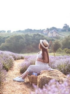 Expecting mother sitting in field of flowers Love Photos, Cool Pictures, Couple Photos, Perfect Image, Perfect Photo, Breech Babies, Birth Partner, Cycle Of Life, Thats Not My