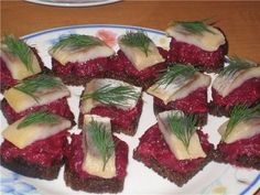 Canapes with beetroot and herring Good Food, Yummy Food, Most Delicious Recipe, Russian Recipes, Beetroot, Caprese Salad, Sushi, Appetizers, Cooking Recipes