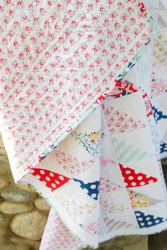 Pinwheel Cottage: Wiltshire Daisy Quilt  I cannot say it too many times, or in too many ways how I love the colors in this quilt.