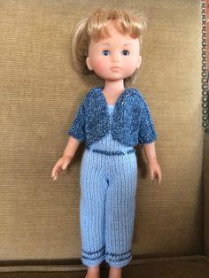 Le soleil d'automne est encore bien chaud. Voici une jolie combinaison et sa petite veste courte assortie. Ce sont des modèles de... Barbie, Jumpsuit, Dolls, Pattern, Fashion, Knitted Doll Patterns, Knits, Suit, Sun