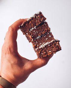 """124 To se mi líbí, 2 komentářů – 🇨🇿 Běh a Zdravé/Fit Recepty (@happyhealthyme.cz) na Instagramu: """"Čoko perník s kokosem 🥥🍫 Recept i tady ⬇️ 🥥🥥Suroviny na menší plech: 🥥1 plechovka červených fazolí…"""" Fit, Desserts, Deserts, Dessert, Postres, Food Deserts"""