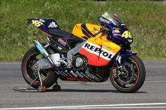Vale Rossi, Valentino Rossi 46, Honda Bikes, Honda Shadow, Motorcycle Design, Sport Bikes, Cars Motorcycles, Racing, Vehicles