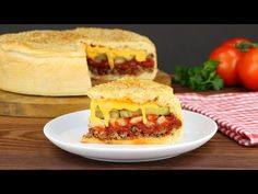 This is really nothing for food guards and calorie counters: with this cheeseburger cake, two of the most sinful temptations meet. Pizza Recipes, Crockpot Recipes, Dinner Recipes, Casa Pizza, Cheeseburger Cake, Pizza Food Truck, Savoury Dishes, Ketchup, Family Meals