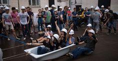 Banheiras e penicos fazem parte de festa de formatura na Rússia