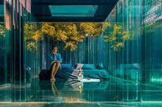 Tras la obtención del premio Pritzker, el Nobel de arquitectura, por parte del estudio RCR, las reservas se amontonan en la penumbra donde Judit Planella recibe a los incondicionales de este 'must' arquitectónico. Lejos de cualquier paraíso exótico, este alojamiento de cristal se encuentra en el polígono industrial de Olot. ¿No es alucinante? Avinguda de les Cols, 2 (Olot, Girona). Teléfono: +34 699 81 38 17. www.lescolspavellons.com Woodland House, Surf, Intelligent Design, Calendar Design, Exhibition Space, Illustrations And Posters, Light Art, Resort Spa, Lighting Design