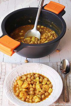 Garbanzos con choco y langostinos www.cocinandoentreolivos (15) Smoothie Recipes, Smoothies, Le Chef, Chana Masala, Food And Drink, Vegetarian, Healthy Recipes, Cooking, Ethnic Recipes