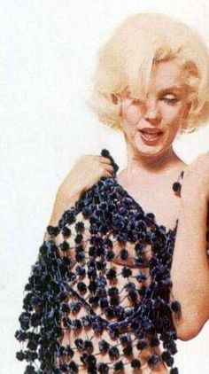 Marilyn. Dotted scarf sitting. Photo by Bert Stern, 1962.