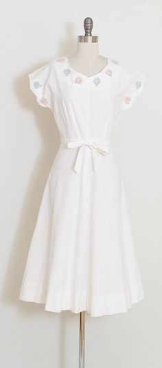 ➳ vintage 1940s dress  * white linen * adorable smiling flower face print * metal side zipper * scallop edge sleeves * tie belt  condition   the belt has frayed ends and there is a faint smudge on the hem otherwise excellent, vivid and bright  fits like xs  length 45 bodice 16.5 bust 38 waist 25  ➳ shop http://www.etsy.com/shop/millstreetvintage?ref=si_shop  ➳ shop policies http://www.etsy.com/shop/millstreetvintage/policy  twitter   MillStVi...