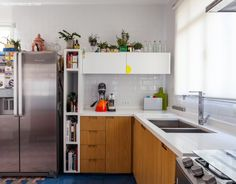em uma coisa de que a moradora deste apartamento entende bem é de mistura de estilos. Na cozinha, por exemplo, as paredes foram revestidas com azulejos de metrô brancos, rejuntados com a mesma cor. Com a base neutra criada, o colorido piso de ladrilhos hidráulicos estampados ganhou destaque. Sobre ele, um móvel mineiro, herança de família, é usado como cristaleira e completa o contraste de referências. No lavabo essa ousadia também aparece. Com o mesmo m