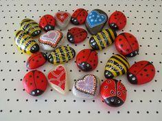 Piedras pintadas para regalar a los niños en un mercado de artesanía / Painted…