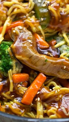 {One Skillet} Beef Chow Mein Stir Fry ~ A one skillet, simple beef chow mein stir fry with lots of veggies and an easy stir fry sauce... You can substitute chicken in place of the beef if desired.