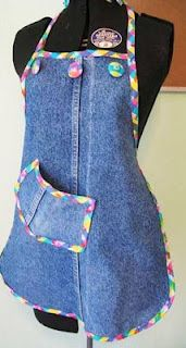 "How to make a full apron. One Pair Of ""Mommy Jeans"" 4 Aprons: Part 1 - Step 8 Source by Refaçonner Jean, Jean Diy, Artisanats Denim, Denim Purse, Jean Apron, Jeans Refashion, Diy Jeans, Sewing Aprons, Denim Aprons"